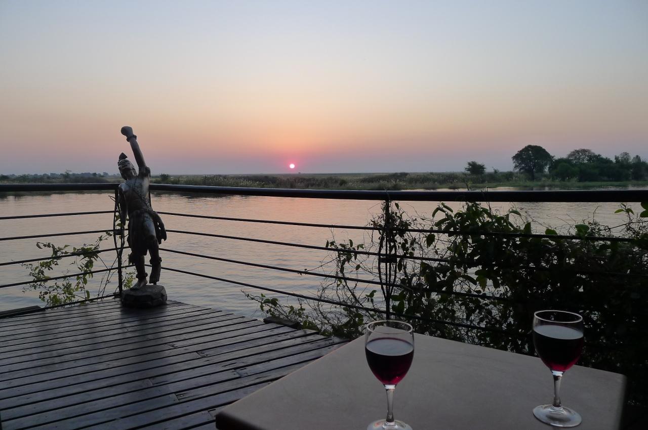 Sundowner with Fanny on the banks of the Zambezi... raaaah!