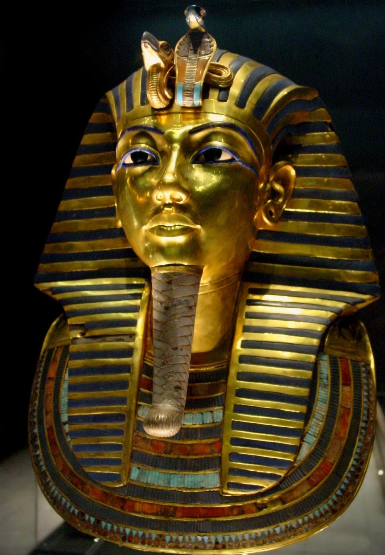 Tutkankhamun mask very accessible inside the museum