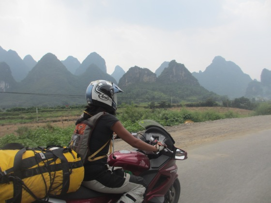 After all the awful roads we get to cruise on the awesome S201 through Guangxi 广西。