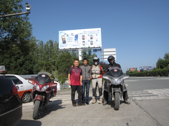 saying goodbye to the Yichang BMW club guys who guided us onto the highway to continue our journey eastwards.