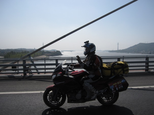 Fanny cruising along the highway in Hubei. Bikes going well and no worries about being thrown off highway until we get closer to Shanghai
